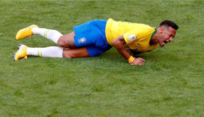 VIDEO: मैदान पर कुछ ऐसे गिरे नेमार, फैन्स ने कहा- ओवर एंक्टिंग