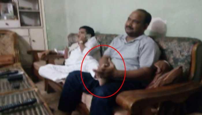 कांग्रेस जिलाध्यक्ष का पैर दबवाते हुए फोटो वायरल, बीजेपी बोली- यही है इनका असली चेहरा