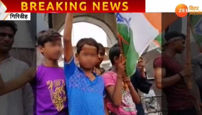 झारखंड बंद : कार्यकर्ता नहीं मिले तो कांग्रेस ने बच्चों को ही थमा दिया झंडा