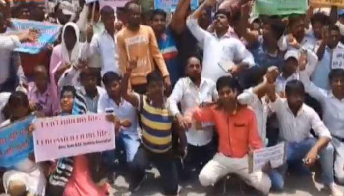 कोर्ट के फैसले के विरोध में बीएड छात्रों ने किया प्रदर्शन