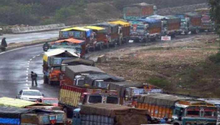 अलगाववादियों की हड़ताल: जम्मू्-श्रीनगर हाईवे पर रोका गया ट्रैफिक, हजारों लोग बीच रास्ते में फंसे