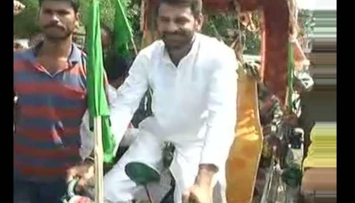तेज प्रताप की सत्तू पर सियासत, नरेंद्र मोदी-नीतीश कुमार को दिया रिक्शा चैलेंज