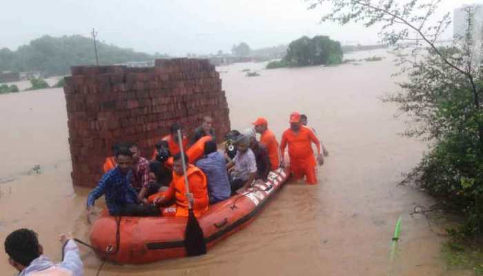 मुंबई : बारिश में फंसी कई ट्रेनें, वडोदरा एक्सप्रेस से सुरक्षित निकाले गए 411 यात्री