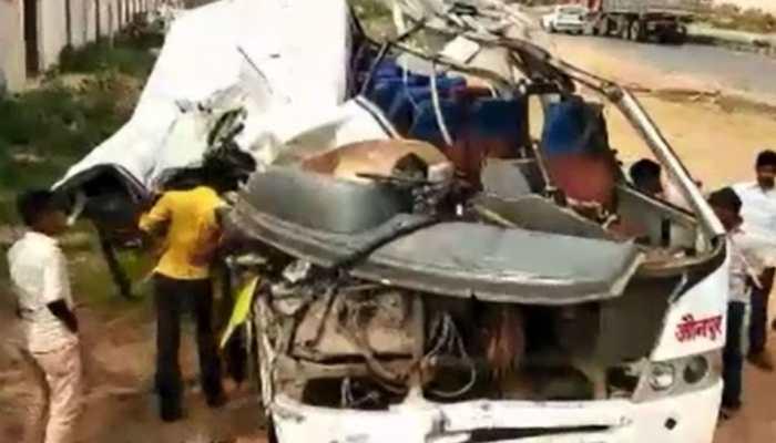 मिर्जापुर : खड़े ट्रक से भिड़ी बस, हादसे में सात लोगों की मौत