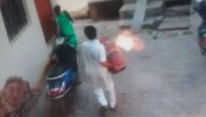 VIDEO: इलाहाबाद में महिला के पीछे जलाता हुआ सिलेंडर लेकर दौड़ा युवक, मचा हड़कंप