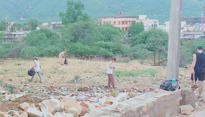 'कचरा' बनी धार्मिक नगरी पुष्कर, विदेशी पर्यटकों ने उठाई सफाई की जिम्मेदारी