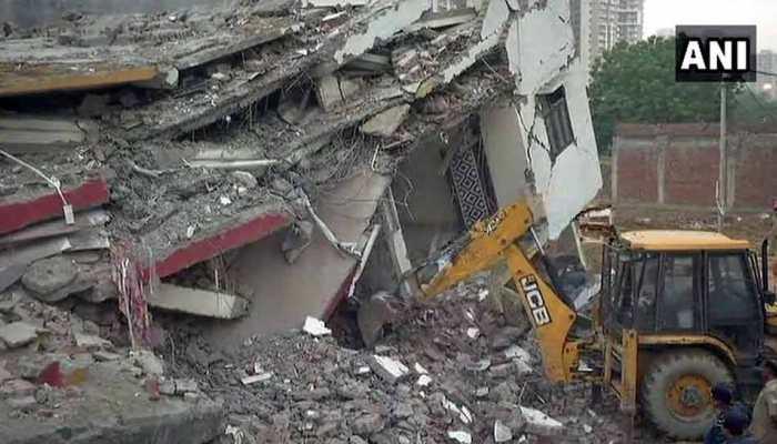 ग्रेटर नोएडा में 2 इमारतें ढहीं, कई लोगों के दबे होने की आशंका, रेस्क्यू ऑपरेशन जारी