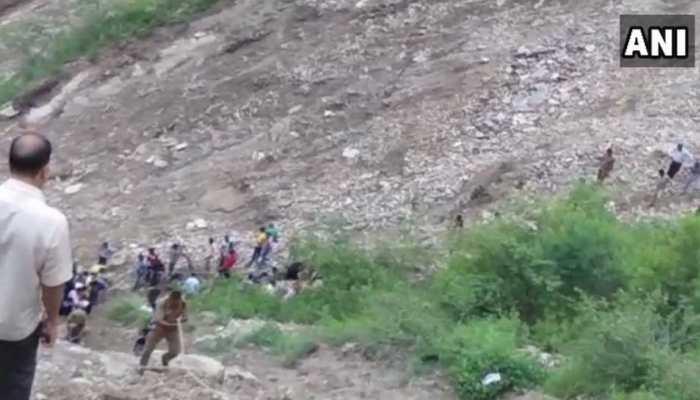 टिहरी के चंबा में खाई में गिरी बस, 16 लोगों की मौत, रेस्क्यू जारी