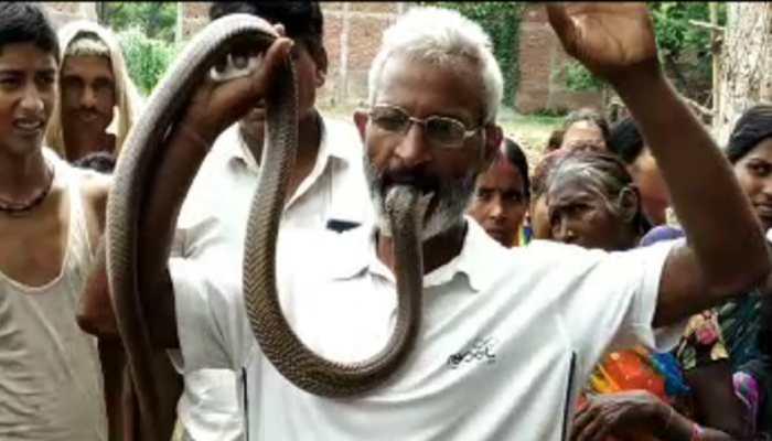 अजब-गजब : ये हैं पटना के विष पुरुष, 50 की उम्र में भी खाते हैं सांप-बिच्छू