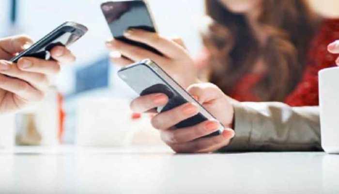 फ्रांस सितंबर से लगा देगा स्कूलों में मोबाइल फोन पर प्रतिबंध