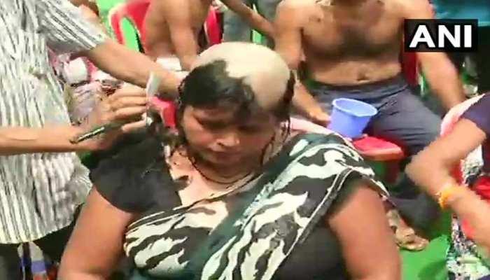 लखनऊ में शिक्षामित्रों का अनोखा प्रदर्शन, महिलाओं ने सिर मुंडवा किया विरोध