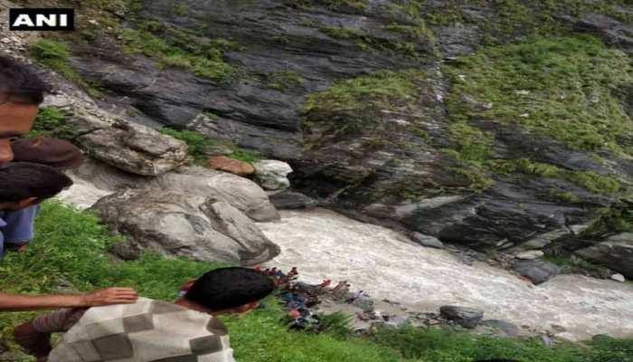 उत्तराखंड : चमोली में वाहन नदी में गिरा, तीन लोग लापता