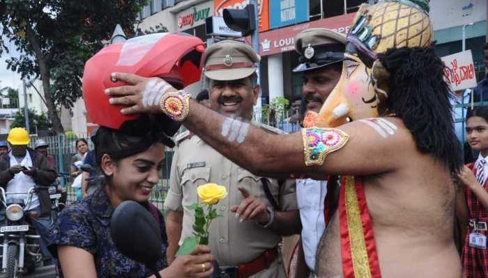 बेंगलुरु की सड़कों पर लोगों को ट्रैफिक रूल समझाने आए 'भगवान गणेश', दिया 'सेफ ड्राइविंग' का संदेश