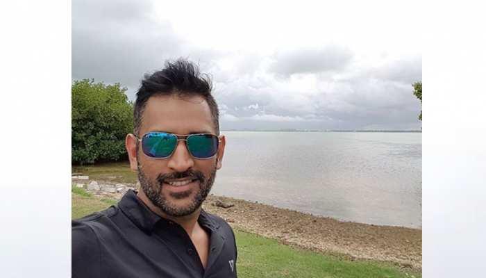 महेंद्र सिंह धोनी ने फिर बदला हेयरस्टाइल, तस्वीर हुई VIRAL