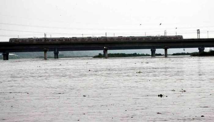 दिल्ली में रौद्र रूप में आई यमुना, खतरे में है 10 हजार लोगों का जन-जीवन