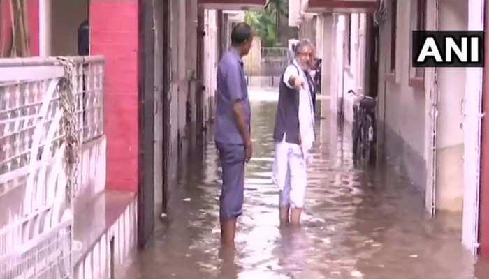 बिहारः पानी में घुसकर घर तक पहुंचे डिप्टी सीएम, राजधानी की हालत गंभीर