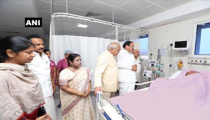 DMK प्रमुख करुणानिधि की तबीयत बिगड़ने के बाद संभली, अस्पताल के बाहर उमड़े समर्थक
