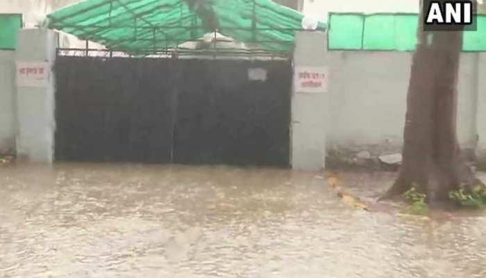 भारी बारिश के बाद योगी के मंत्री 'जैकी' के बंगले में घुसा पानी