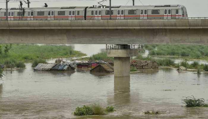 ख़तरे के निशान से ऊपर बह रही यमुना में डूबकर अब तक 2 मौतें, एक कि हालात गंभीर