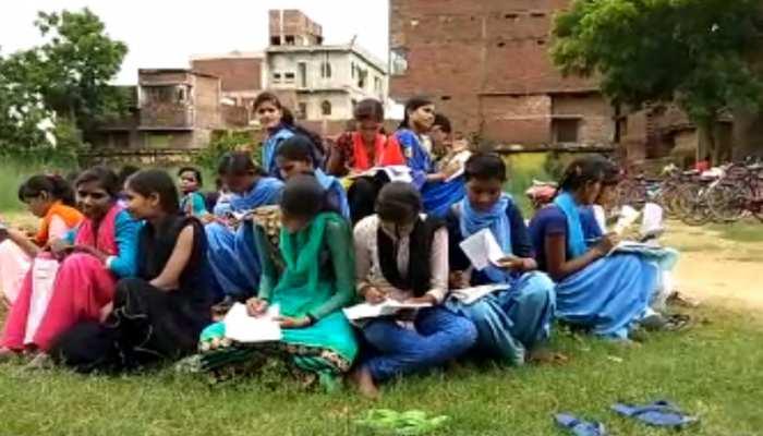 बदइंतजामी : नावादा में खुले आसमान के नीचे बैठकर परीक्षा दे रही है छात्राएं