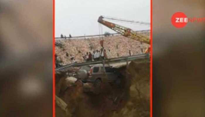 VIDEO: जिस एक्सप्रेस-वे पर उतरे थे फाइटर प्लेन, वहां 50 फीट गड्ढे में जा गिरी कार