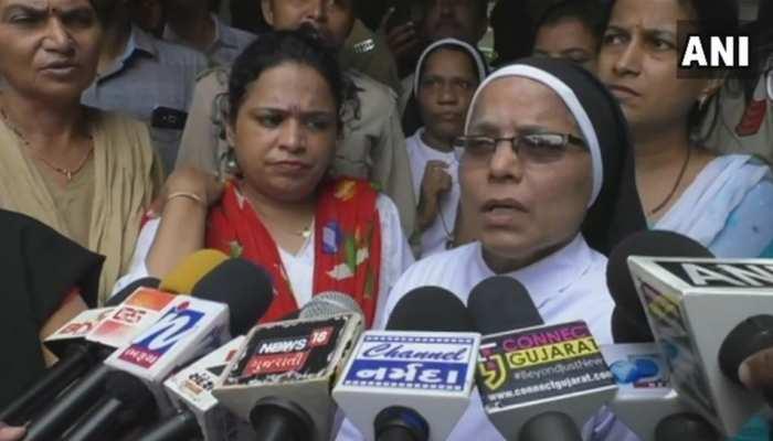 गुजरात में मेंहदी लगाने पर लड़कियों को 4 घंटे धूप में खड़ा किया, बाद में स्कूल ने मांगी माफी