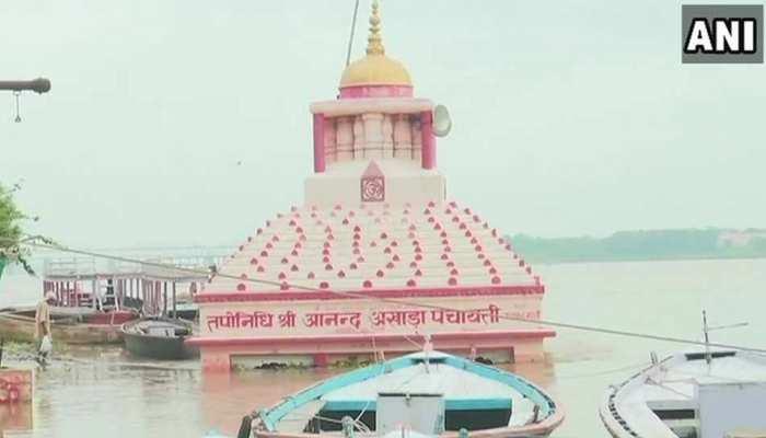 वाराणसी में गंगा का जलस्तर बढ़ा, घाट के किनारे बने कई मंदिर डूबे