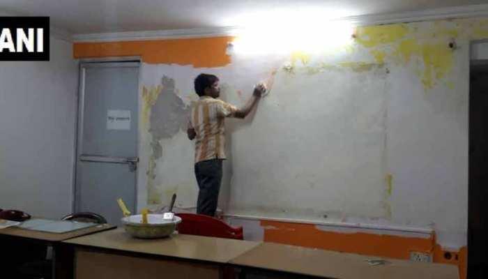 लखनऊ : कांग्रेस ने अपने मुख्यालय की दीवार पर चढ़वाया भगवा रंग, अब रंगवा रहे सफेद