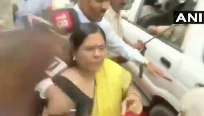 VIDEO : मजुफ्फरपुर रेप कांड पर मंजू वर्मा से सवाल पूछने पर पत्रकारों के साथ धक्का-मुक्की