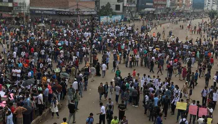 बांग्लादेश में सड़कों पर उतरे छात्र, 70 लाख लोगों का जीवन हुआ अस्त-व्यस्त