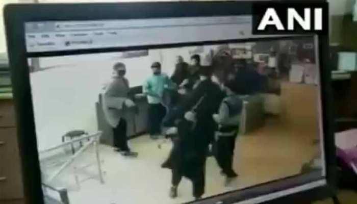 VIDEO: कश्मीर में आतंकियों ने फिर बैंक लूटा, गार्ड से छीनी 12 बोर की राइफल