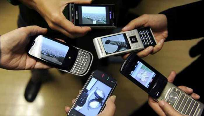 मोबाइल यूजर्स हो रहे हैं 'फ़बिंग' का शिकार, भारत में भी बढ़ रही है संख्या