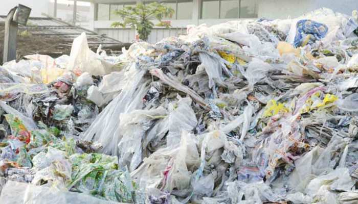 40 फीसदी गैरशोधित प्लास्टिक कचरा फैला रहा है जल और जमीन का प्रदूषण : रिपोर्ट