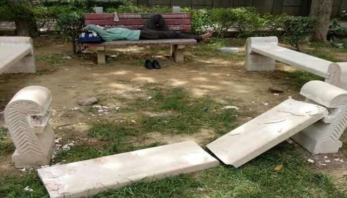 करोल बाग के शास्त्री पार्क में टूटी बेंच के लिए आम आदमी पार्टी ने भाजपा को बताया जिम्मेदार