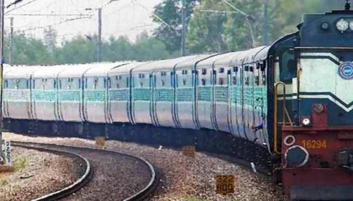 रेल में सामने आई दिल दहलाने वाली वारदात, पहले ट्रेन में खिड़कियां बंद कर पीटा फिर चलती ट्रेन से फेंका