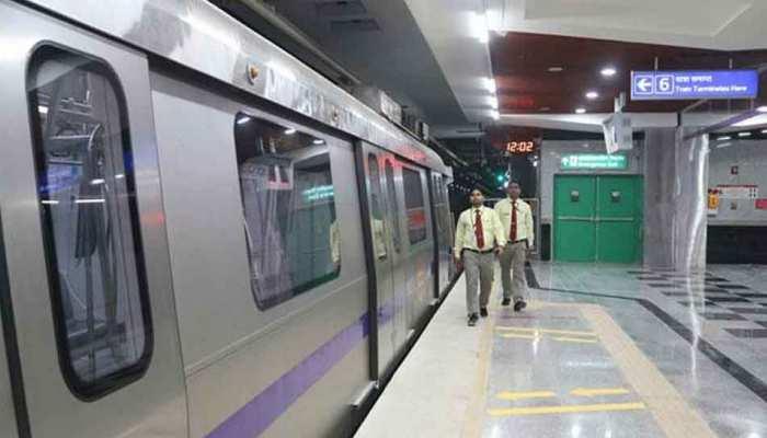 यात्रियों के फर्श पर बैठने से मालामाल हुई दिल्ली मेट्रो, वसूला इतना जुर्माना
