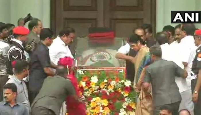 MK Stalin, kanimojhi breaks down after Madras High Court's verdict to allow the burial of former CM M Karunanidhi