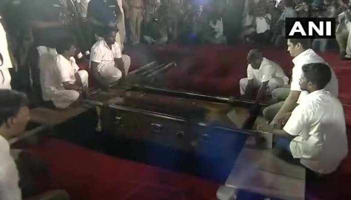 सुपुर्द-ए-खाक हुए करुणानिधि, और यूं हुआ द्रविड़ राजनीति के एक बड़े युग का अंत