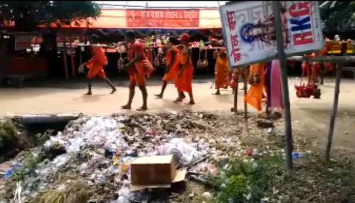 बांका : कांवरिया पथ पर नहीं है सफाई की व्यवस्था, लगा कूड़े का अंबार