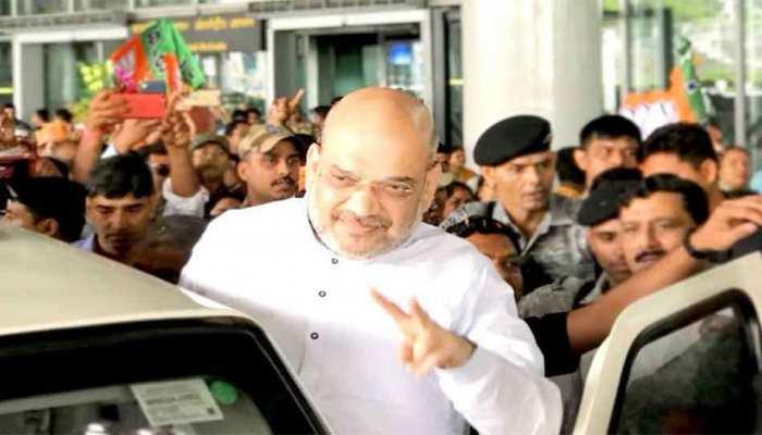 कोलकाता एयरपोर्ट पर अमित शाह के पहुंचते ही लगे मोदी-दीदी भाई-भाई के नारे