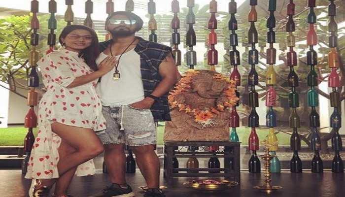 गणेश मूर्ति के सामने जूता पहनने पर ट्रोल हुईं हिना खान, यूजर ने कहा- शर्म आती है या नहीं