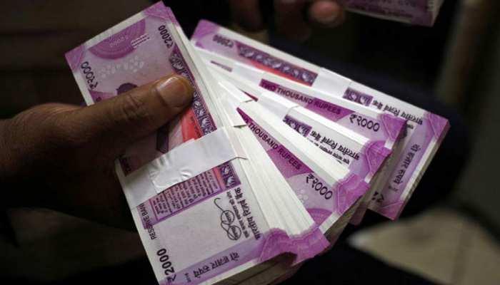 रुपये में गिरावट बाहरी कारणों से, फिलहाल चिंता की बात नहीं: सरकार