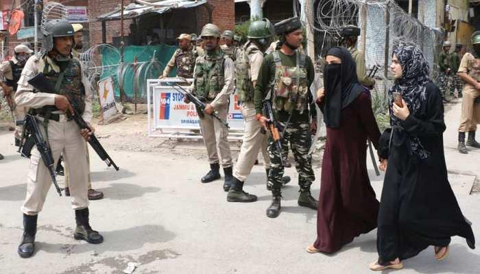 श्रीनगर के लाल चौक पर झंडारोहण की कोशिश करने वालों का स्थानीय लोगों ने किया विरोध