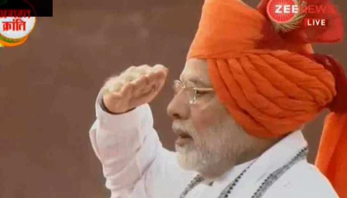 राष्ट्रगान गाते हुए नम हुईं PM मोदी की आंखें, 5वीं बार फहराया लाल किले पर तिरंगा