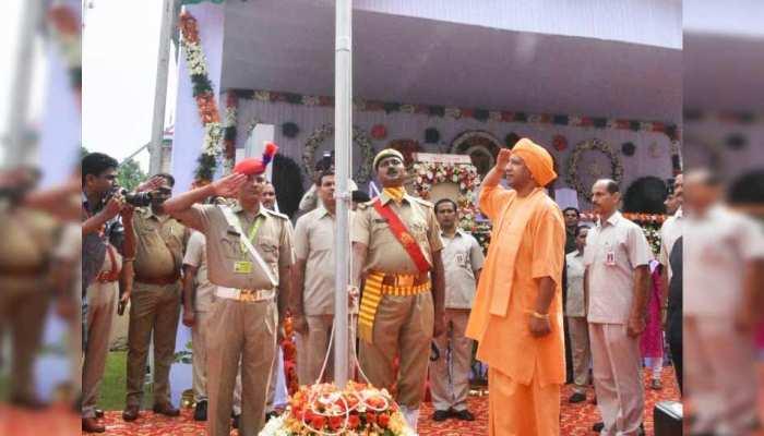 CM योगी ने फहराया झंडा, बोले- 'हजारों साल की परंपरा के हम सब वारिस'