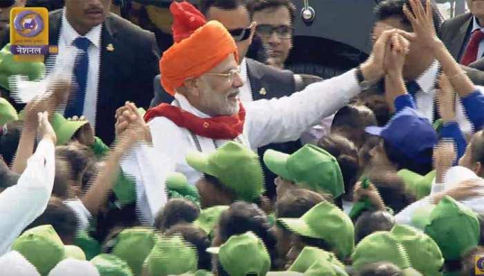 VIDEO: अपने भाषण के बाद कुछ इस अंदाज में बच्चों के बीच जा पहुंचे PM मोदी
