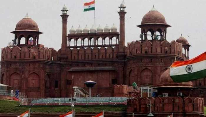दिल्ली : स्वतंत्रता दिवस के जश्न के बाद लाल किला के मैदान में बिखरा कूड़ा