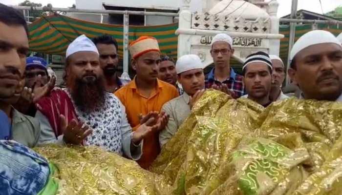 अटल बिहारी वाजपेयी के स्वस्थ होने के लिए अजमेर शरीफ में दुआ मांग रहे लोग