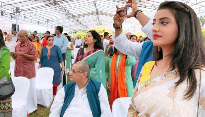 Bhojpuri News: Akshara Singh celebrates freedom celebrated in Singapore, see photos