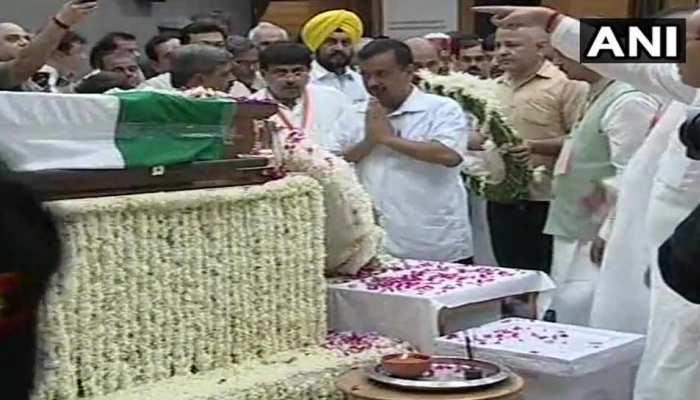 दिल्ली के CM अरविंद केजरीवाल पहुंचे BJP मुख्यालय, अटल जी को दी श्रद्धांजलि